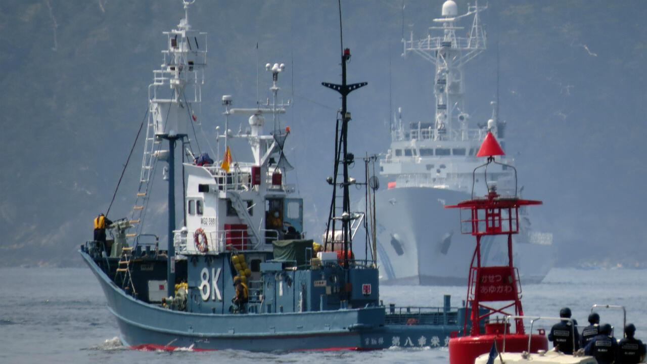 Un baleinier quittant le port d'Ayukawa sous escorte de garde-côtes japonais en avril 2014.