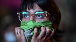 Una activista de la legalización del aborto ante el Congreso de Argentina cuando el 11 de diciembre de 2020 se discutía la despenalización de la interrupción voluntaria del embarazo