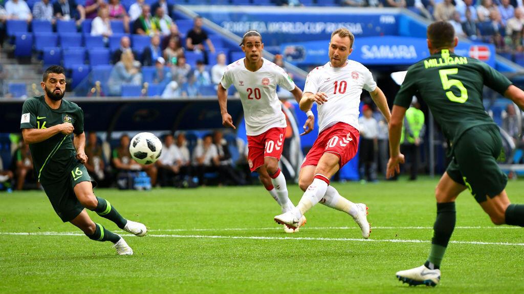 El volante Christian Eriksen marca el gol que le dio la ventaja inicial a Dinamarca ante Australia, que luego igualó el partido para el 1-1 final.