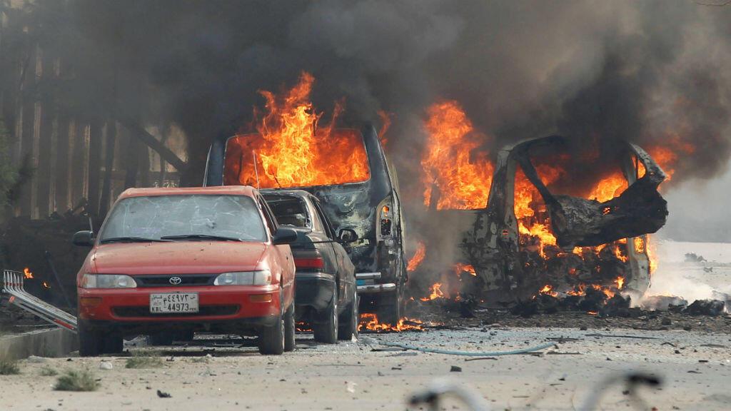 Los vehículos se ven en llamas después de una explosión en Jalalabad, Afganistán, el 24 de enero de 2018 (Imagen de archivo).