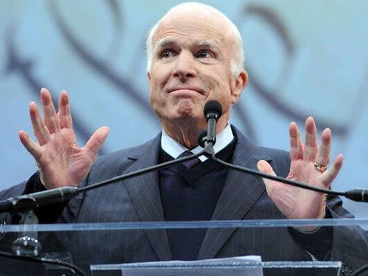 John McCain lors d'une cérémonie où il reçoit des mains du vice-président démocrate Joe Biden la médaille de la liberté au National Constitution Center, le 16 octobre 2017 à Philadelphie, en Pennsylvanie.