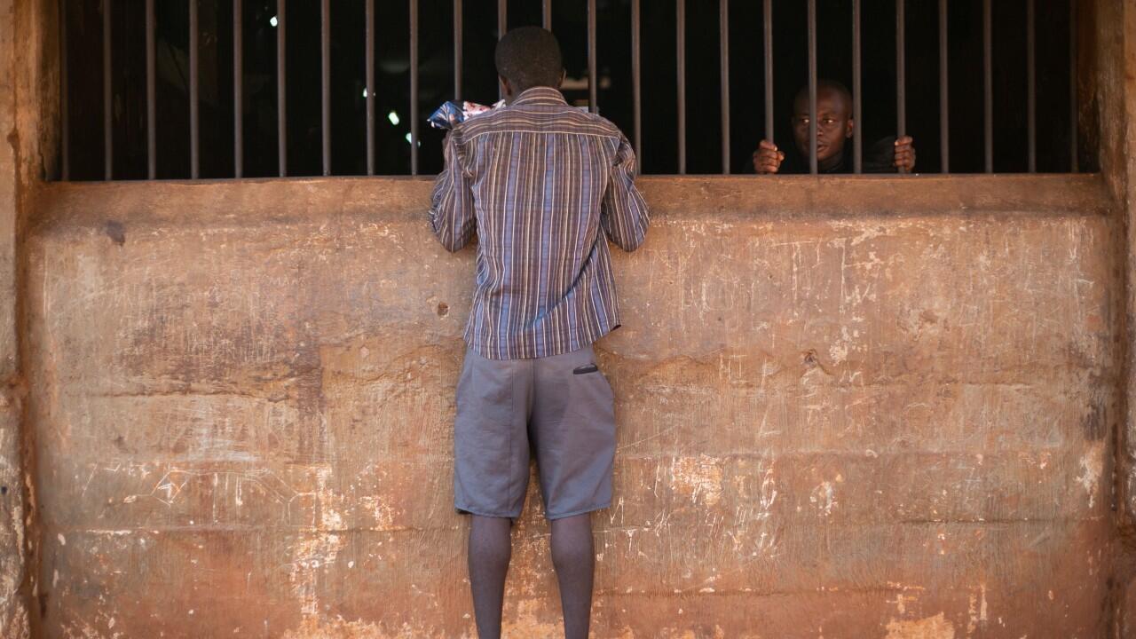 Un recluso habla con otro recluso en la Prisión Central de Freetown, Sierra Leona, el 7 de mayo de 2021.