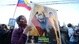 Simpatizantes del expresidente Rafael Correa y del exvicepresidente Jorge Glas protestaron a las afueras de la Corte Nacional en Quito el miércoles 7 de noviembre del 2018, antes de que la jueza nacional de Ecuador Daniella Camacho decidiera llamar a juicio al expresidente Rafael Correa por el caso de secuestro a un opositor en 2012.