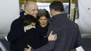L'ex-otage française Claudia Priest est arrivée dimanche en fin d'après-midi à l'aéroport de Villacoublay, près de Paris.