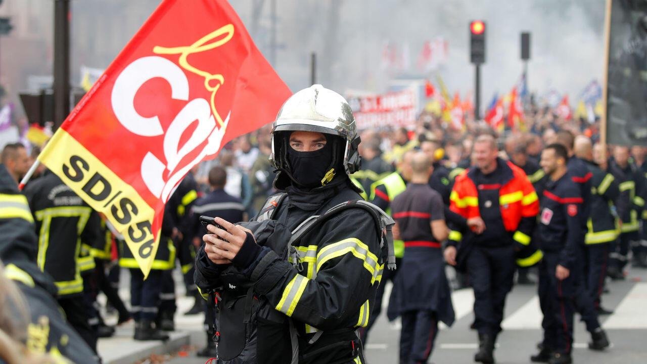 Des pompiers manifestent dans les rues de Paris, le 15 octobre.