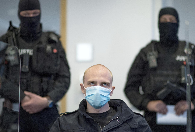 El acusado Stephan Balliet se sienta en la sala del tribunal regional al comienzo del juicio en Magdeburgo, Alemania, el martes 21 de julio de 2020.