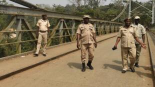 Des douaniers camerounais sur un pont suspendu faisant office de frontière entre le Cameroun et le Nigeria, le 1er février 2018.