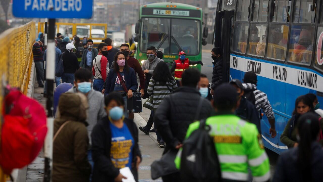 Decenas de personas son vistas en una estación de bus luego de que terminara la cuarentena de 109 días, en Lima, Perú, el 1 de julio de 2020.
