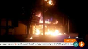 Un edificio en llamas se ve en Dorud, Irán, en esta imagen fija tomada de un video transmitido por la televisión estatal el 31 de diciembre de 2017.