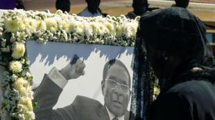 L'ancienne première dame Grace Mugabe devant le portrait de son défunt mari, Robert Mugabe, lors de son enterrement à Kutama le 28 septembre 2019.