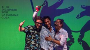 """El actor cartagenero Jhon Narváez, en el centro, es uno de los protagonistas de la película """"Pájaros de verano"""", que recibió el Coral a Mejor Largometraje de Ficción en el 40 Festival Internacional del Nuevo Cine Latinoamericano, que se celebró en La Habana. Imagen del acto de premiación en el Teatro Mella, el viernes 14 de diciembre de 2018, en La Habana, Cuba."""