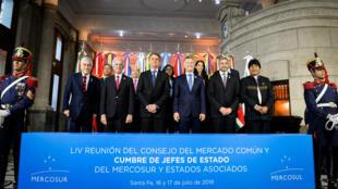 Los presidentes de Chile, Sebastián Piñera; Uruguay, Tabaré Vázquez; Brasil, Jair Bolsonaro; Argentina, Mauricio Macri; Paraguay, Mario Abdo Benítez y Bolivia, Evo Morales durante la 54ª cumbre de jefes de Estado de Mercosur. Santa Fe, Argentina, el 17 de julio de 2019.