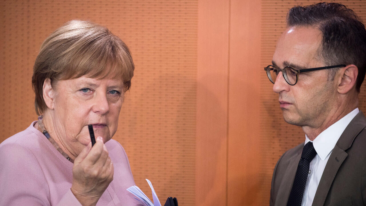 وزير الخارجية الألماني هايكو ماس إلى جانب المستشارة أنغيلا ميركل في برلين، في 12 يونيو/حزيران 2019.