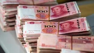 Le yuan chinois a enfoncé en début de journée le plancher symbolique de 7,0 pour un dollar pour la première fois depuis 2008.