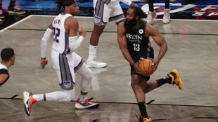 James Harden (derecha), de los Brooklyn Nets, en una acción del juego ante los Sacramento Kings del martes.