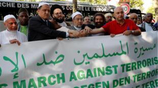 """Une trentaine d'imams de différents pays ont entamé une """"marche ds musulmans contre le terrorisme"""" le samedi 8 juillet sur les Champs-Élysées."""