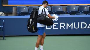 El tenista serbio Novak Djokovic se retira con decepción de la pista Arthur Ashe tras su descalificación del US Open, en Nueva York, el 6 de septiembre de 2020.