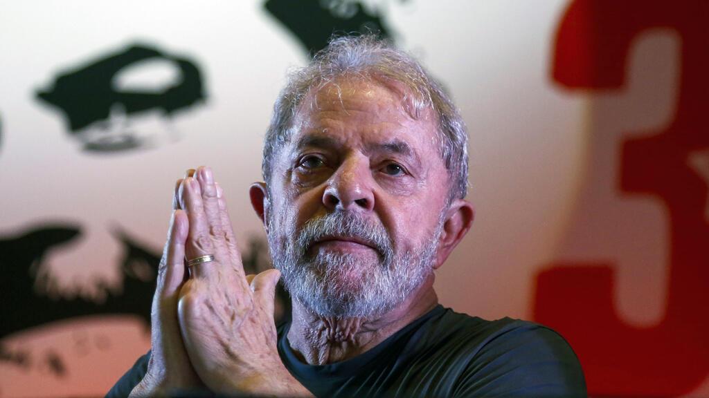 El expresidente brasileño Luiz Inácio Lula da Silva hace un gesto durante la conmemoración del 38 ° aniversario del Partido de los Trabajadores (PT) en Sao Paulo, Brasil, el 22 de febrero de 2018.