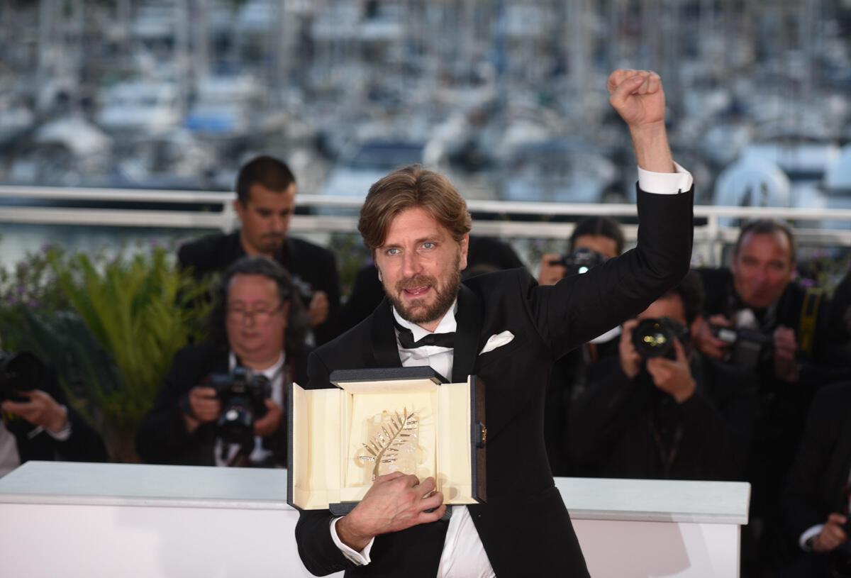 """Le cinéaste suédois Ruben Östlund a remporté la Palme d'Or pour son film """"The Square"""", une satire du culturellement correct qui n'a pourtant pas emballé les critiques."""