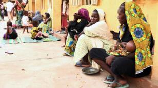 Des femmes et des enfants, libérés par l'armée nigériane à Sambisa, photographiés au camp de réfugiés de  Malkohi, le 5 mai 2015.