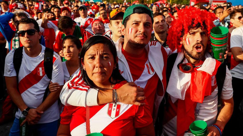 Los hinchas peruanos reunidos en la Fan Fest de Moscú observan preocupados las incidencias del partido en el que la selección inca cayó por 1-0 ante Francia y quedó eliminada del Mundial de Rusia 2018.