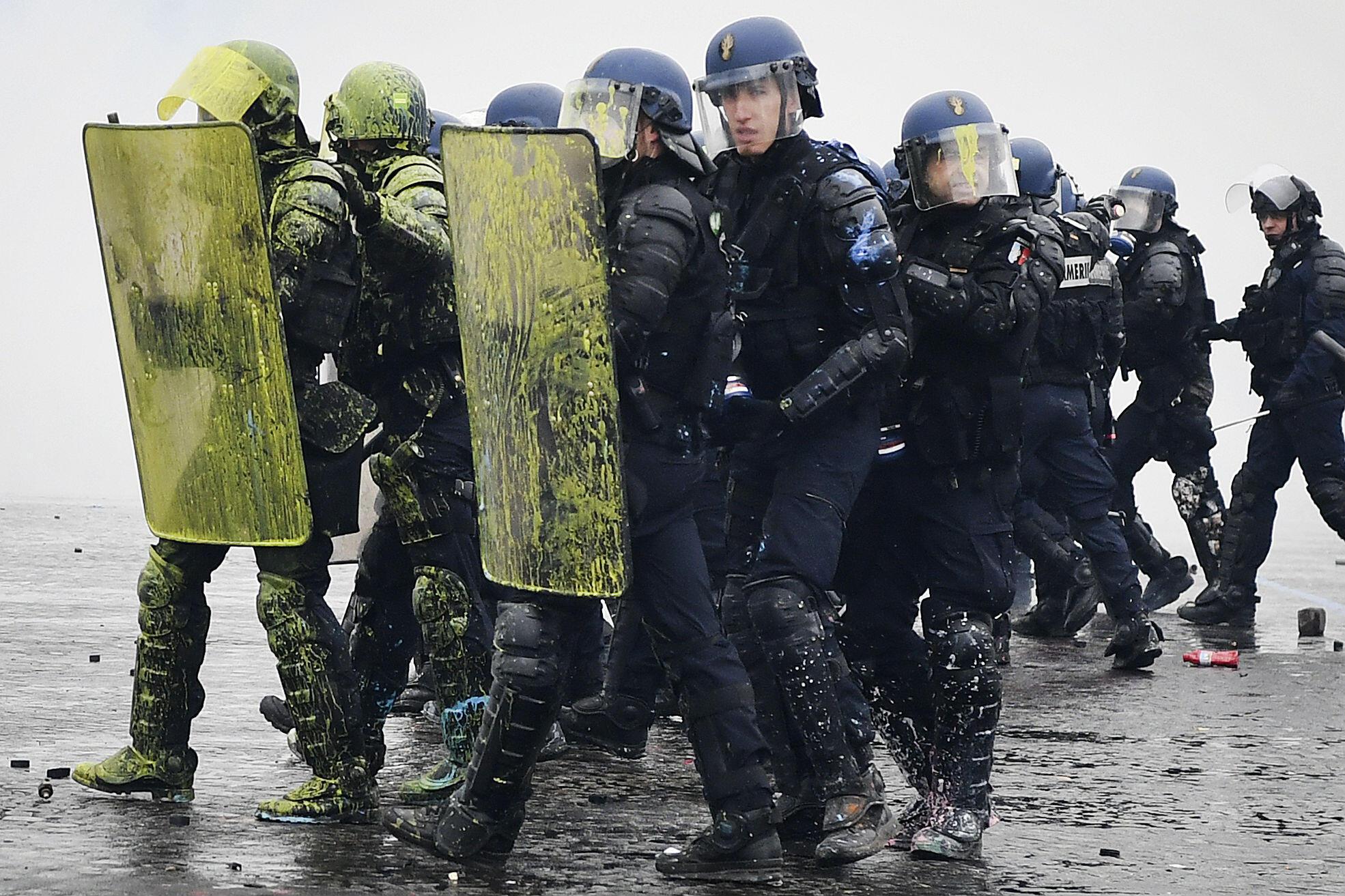 Des CRS font face à des manifestants Gilets jaunes sur les Champs-Élysées à Paris, le 1er décembre 2018.