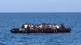 قارب لمهاجرين غير نظاميين في البحر المتوسط متجه نحو القارة الأوروبية