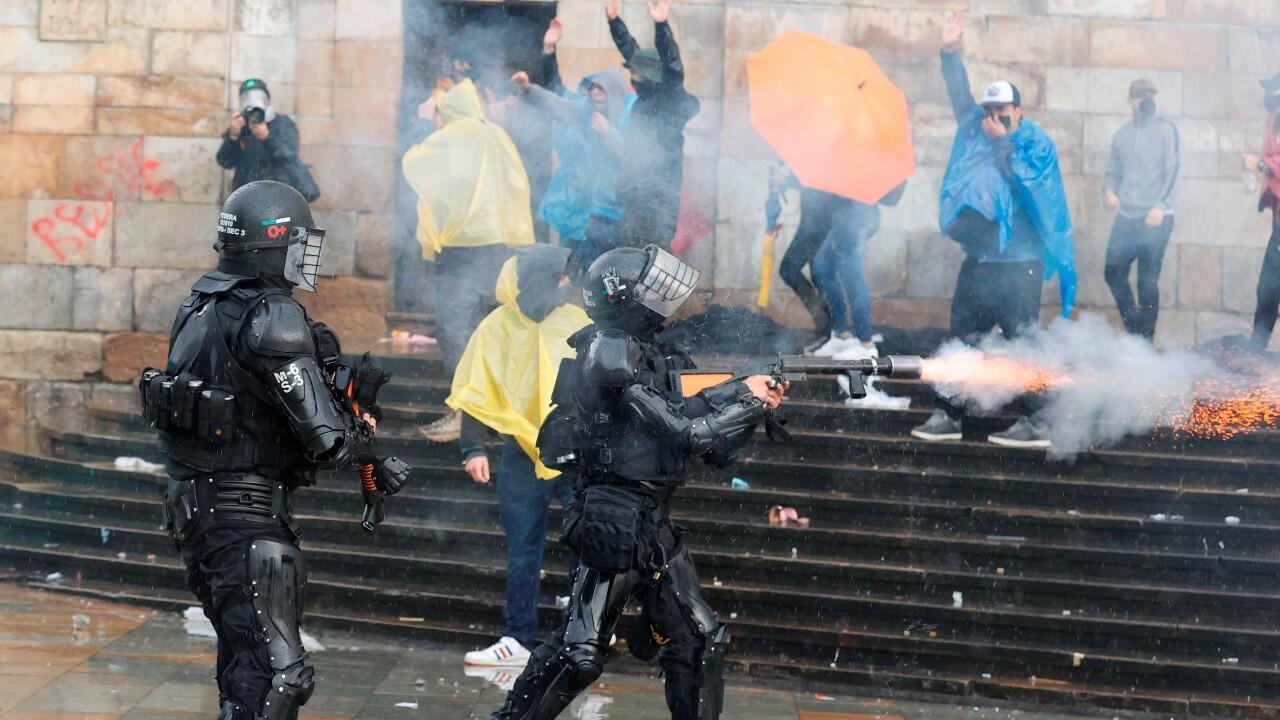 Miembros de antidisturbios ESMAD se enfrentan a manifestantes durante una nueva jornada de protestas contra la reforma tributaria, mientras se conmemora el Día Internacional de los Trabajadores, en la Plaza de Bolívar, en Bogotá, Colombia.