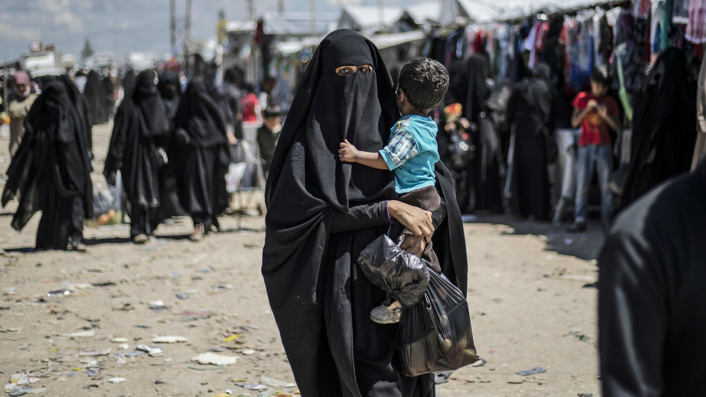 Una mujer carga a su hijo en el campamento de Al-Hol para yihadistas desplazados por los combates en Siria, el 18 de abril de 2019.