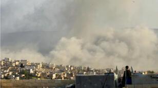 Un hombre observa elevarse el humo luego de un ataque aéreo sobre la ciudad de Atimah, provincia de Idlib, Siria, el 8 de marzo de 2015.