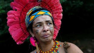 Una mujer indígena de la tribu Pataxo Ha-ha-hae reacciona cerca del río Paraopeba, luego del colapso de un dique de propiedad de la empresa minera brasileña Vale SA, en Sao Joaquim de Bicas, cerca de Brumadinho, Brasil, el 28 de enero de 2019.