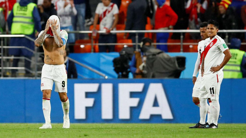 Paolo Guerrero, Miguel Trauco y Raúl Ruidíaz, jugadores de la selección de Perú, lamentan la derrota ante Francia por 1-0 y la eliminación prematura del Mundial de Rusia 2018.