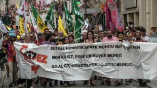 Des anti-G7 manifestent à Biarritz, le 13 juillet 2019.