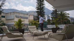 El ministro de Obras Públicas de El Salvador, Edgar Rodríguez, muestra la residencia presidencial transformada en un lugar de descanso para alrededor de 300 médicos que trabajan en la primera línea de contención contra el coronavirus, el 9 de mayo de 2020 en San Salvador