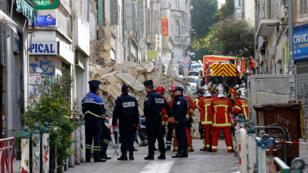 Policiers et pompiers devant les décombres des immeubles effondrés à Marseille, le 5 novembre 2018.
