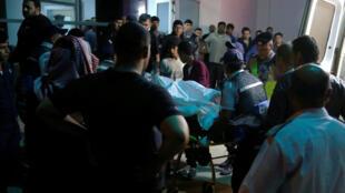 أهالي المفقودين يتجمعون في مشفى قرب البحر الميت في 25 تشرين الأول/أكتوبر
