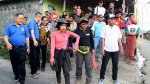 Les premiers groupes de touristes commencent à descendre du mont Rinjani, sur l'île de Lombok, en Indonésie, lundi 30 juillet.