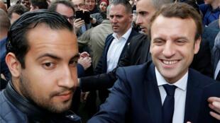 El presidente de Francia, Emmanuel Macron, junto a su exguardespaldas, Alexandre Benalla. 5 de mayo de 2017.