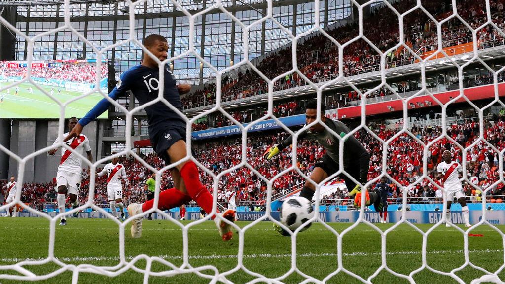 El atacante francés Kylian Mbappé empuja el balón al fondo de la red tras un rebote que dio el arquero peruano Pedro Gallese que acababa de atajar un remate de Olivier Giroud. Con este gol, Francia venció 1-0 a Perú, clasificó a octavos de final y eliminó a los sudamericanos.