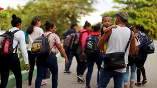 Un grupo de migrantes camina después de cruzar el río Suchiate en una balsa desde Tecun Uman, en Guatemala, el 13 de junio de 2019.