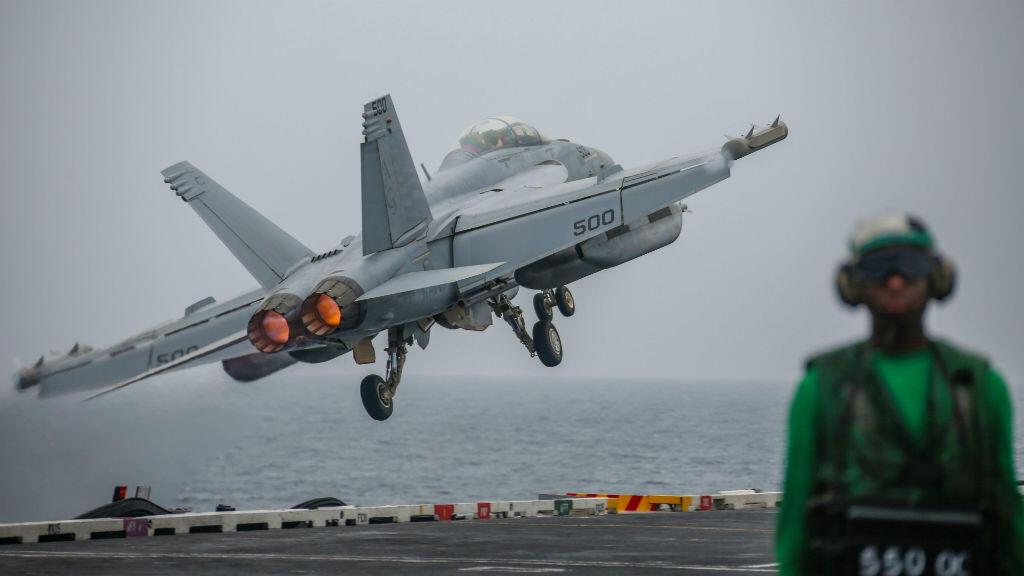 Un avión de combate EA-18G Growler despega de la plataforma del portaaviones USS Abraham Lincoln en el Golfo Pérsico, el 29 de agosto de 2019.
