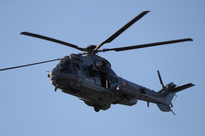 Un hélicoptère Caracal de l'armée française survole la base d'Orléans-Bricy, le 16 janvier 2020.