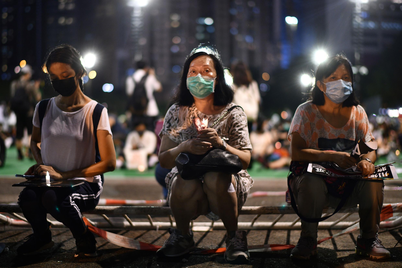 A pesar de la prohibición, los manifestantes se reúnen en el centro de Hong Kong el 4 de junio de 2020 para conmemorar el 31 aniversario de la represión de Tiananmen.