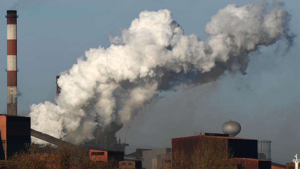 Una foto de archivo del 10 de marzo de 2017 muestra el humo que ondea en el gigante de acero ArcelorMittal en Fos-sur-Mer, al sur de Francia.