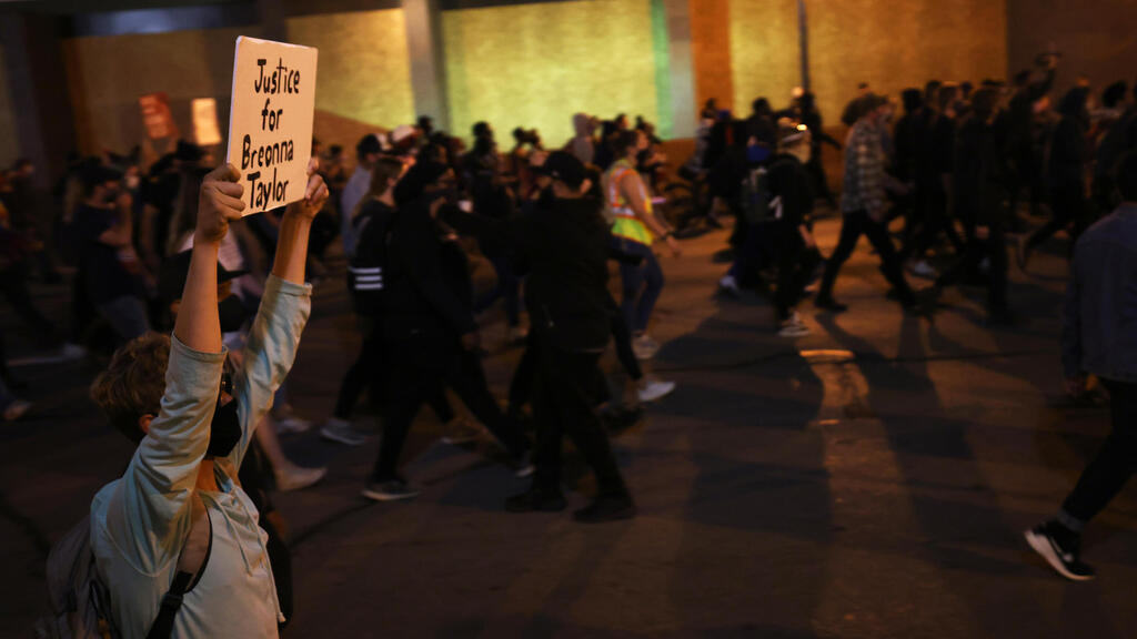 Breonna Taylor protesters defy second night of curfew in Louisville
