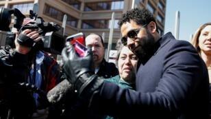 El actor Jussie Smollett posa para una foto con una fanática al salir de una corte, luego de que los fiscales estatales retiraran los cargos en su contra en Chicago, Illinois, Estados Unidos, el 26 de marzo de 2019.