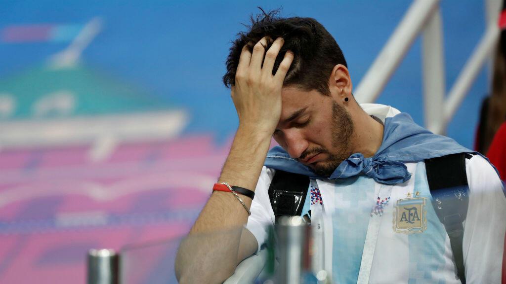 Un hincha argentino desconsolado tras la contundente derrota de la selección de su país ante Croacia por 3-0.