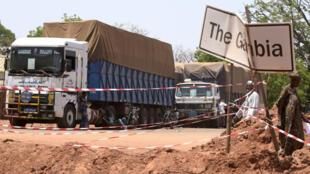 Des camions sénégalais à l'arrêt à la frontière sénégalo-gambienne, le 9 mai 2016.