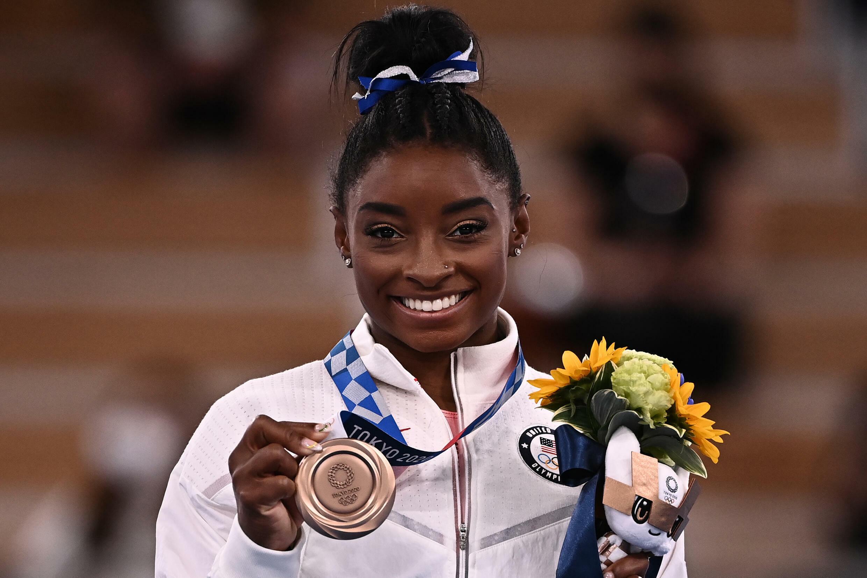 Sourire retrouvé pour Simone Biles médaillée de bronze à la poutre aux Jeux de Tokyo, le 3 août 2021