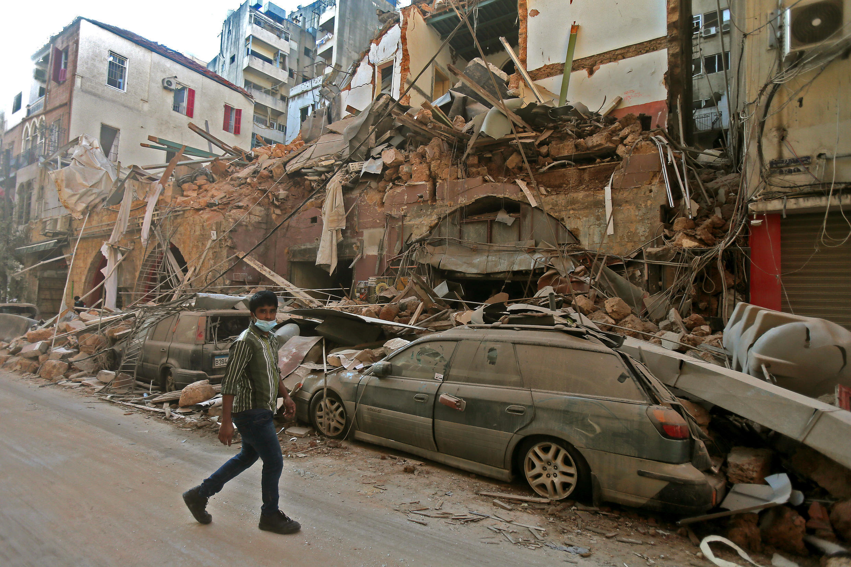 Un homme circulant dans les ruelles de Beyrouth entre les débris, au lendemain des explosions survenues mardi 4 août dans la capitale libanaise.